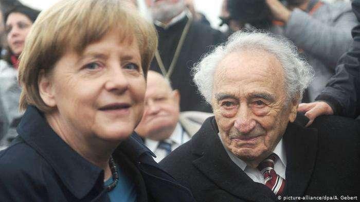 梅克爾在達豪集中營,和納粹大屠殺倖存者一起合照。(德國之聲)