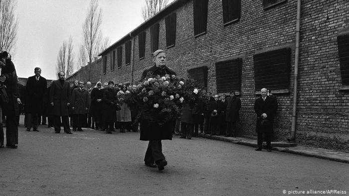 德國前總理施密特1977年在奧斯威辛(Auschwitz)集中營。(德國之聲)