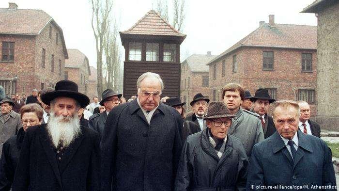 德國前總理柯爾1989年在奧斯維辛集中營。(德國之聲)