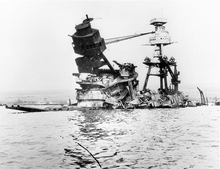 1941年珍珠港事變,美國海軍「亞利桑納號」(USS Arizona)遇襲受重創(Wikipedia / Public Domain)