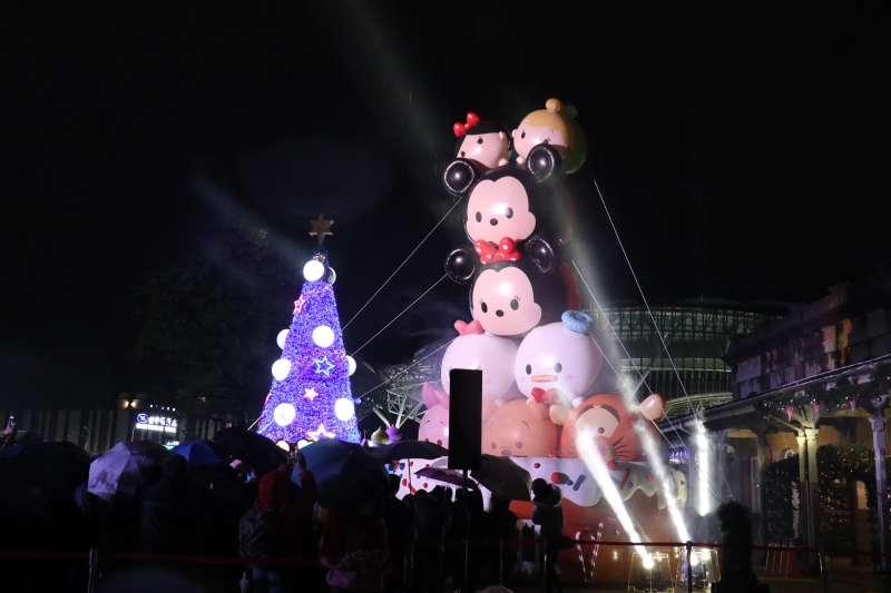 許多民眾一起參與點燈儀式,在台中市舊火車站前廣場當迪士尼各種造型聖誕燈飾點亮之際,引起民眾歡呼。(圖/王秀禾攝)