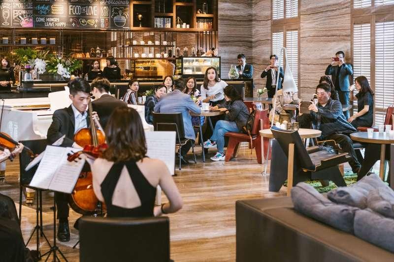 磐鈺雲華落成音樂酒會,已購客與嘉賓蒞臨建案現場感受建築空間美學。(圖/盤鈺建設提供)