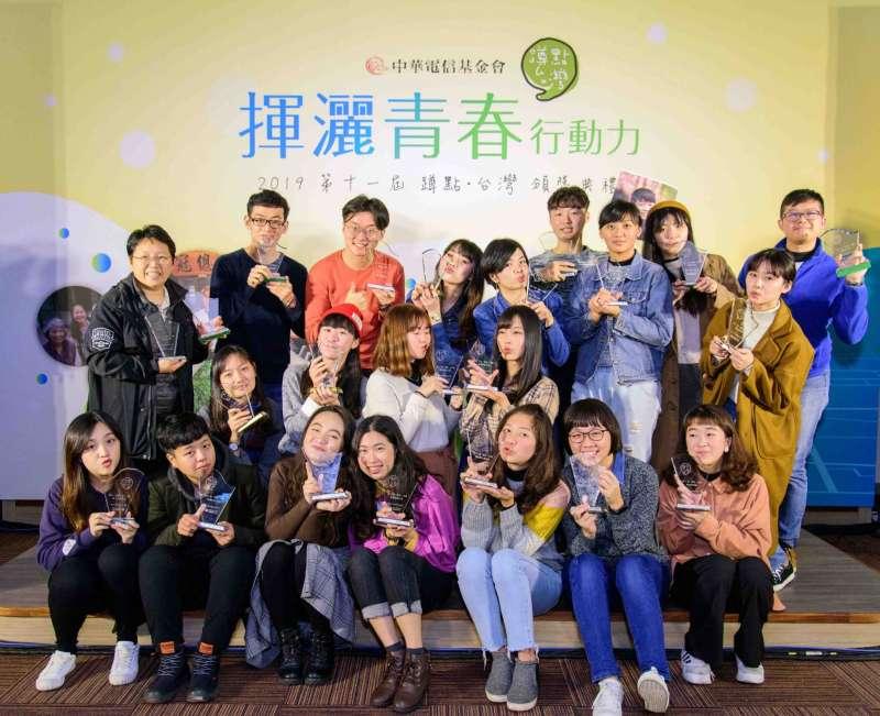 「蹲點.台灣」所有得獎學生。(中華電信提供)