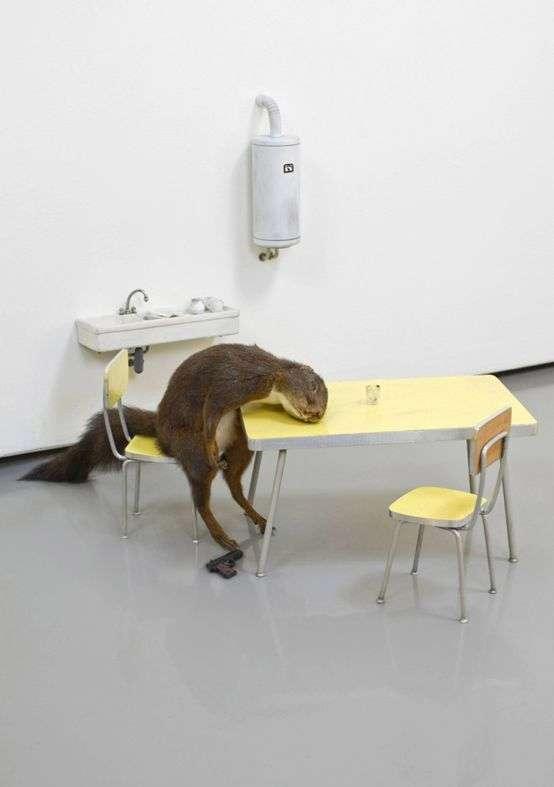 02 《小松鼠自殺事件》,1996,松鼠標本、陶瓷、防火膠板、木材、漆料、鋼,真實大小。(圖/城市美學新態度)