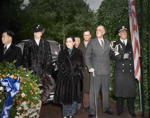 06. 羅斯福夫婦與宋美齡女士拜謁華盛頓墓