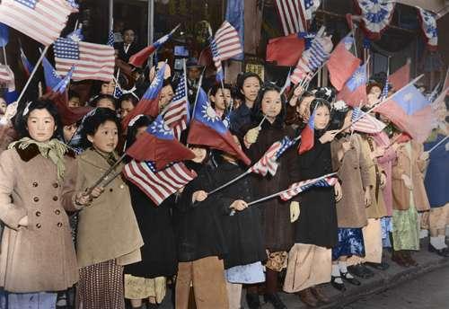 14. 歡迎隊伍中的華僑孩子們