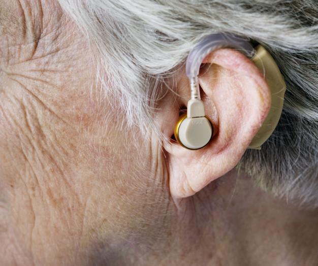 傳統助聽器塞在耳朵有悶塞感,不舒服又不美觀,且聽到的聲音常失真、不清楚。(圖/Freepik)