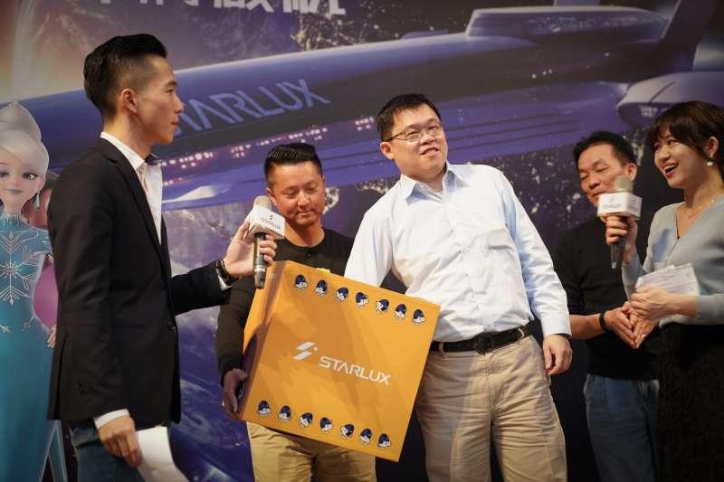 20191210星宇航空日前舉辦歲末尾牙,董事長張國煒(右3)送出近300份大獎(取自星宇航空臉書)