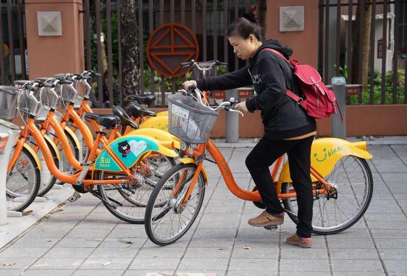 20191210-民眾騎乘台北市YouBike 微笑單車。(盧逸峰攝)