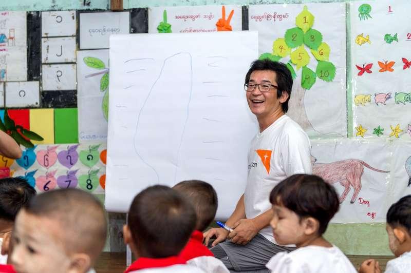 魏德聖化身幼教老師,一筆畫出母親島,呼籲支持教育維護兒童發展權。(圖/台灣世界展望會提供)