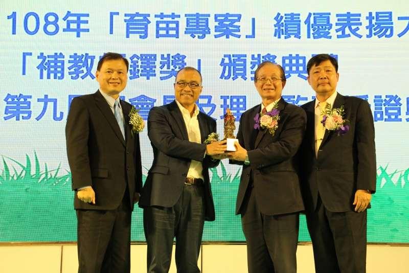 高雄市副市長葉匡時(左二)出席補習教育全國總會頒獎典禮。(圖/徐炳文攝)