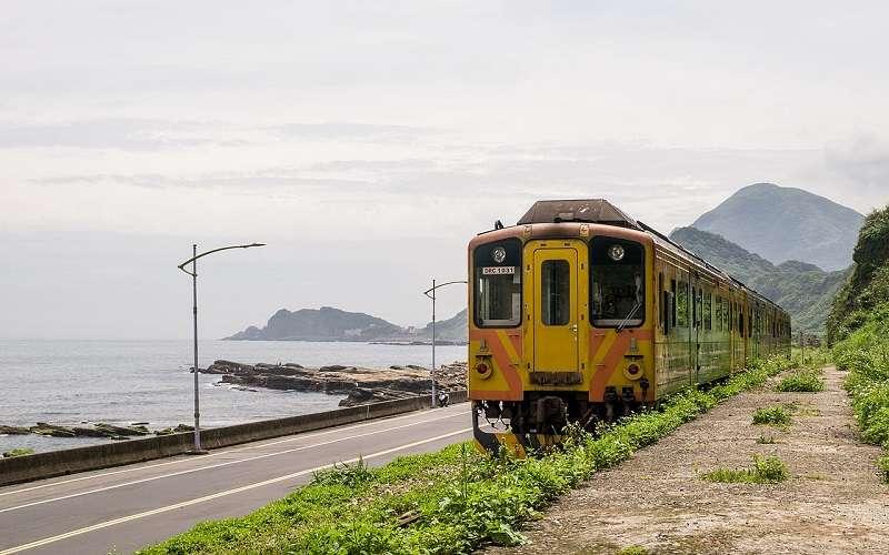 停靠在八斗子的列車。(billy1125 ∕維基百科)