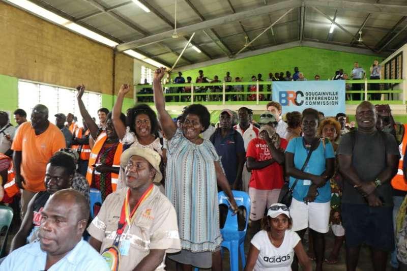 布干維爾獨立公投結果11日出爐後,當地婦女會成員歡欣鼓舞(美聯社)