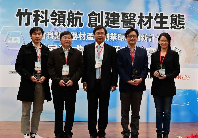 竹科管理局局長王永壯(中)與竹科創業新銳獎得獎企業合影。(圖/竹科管理局提供)