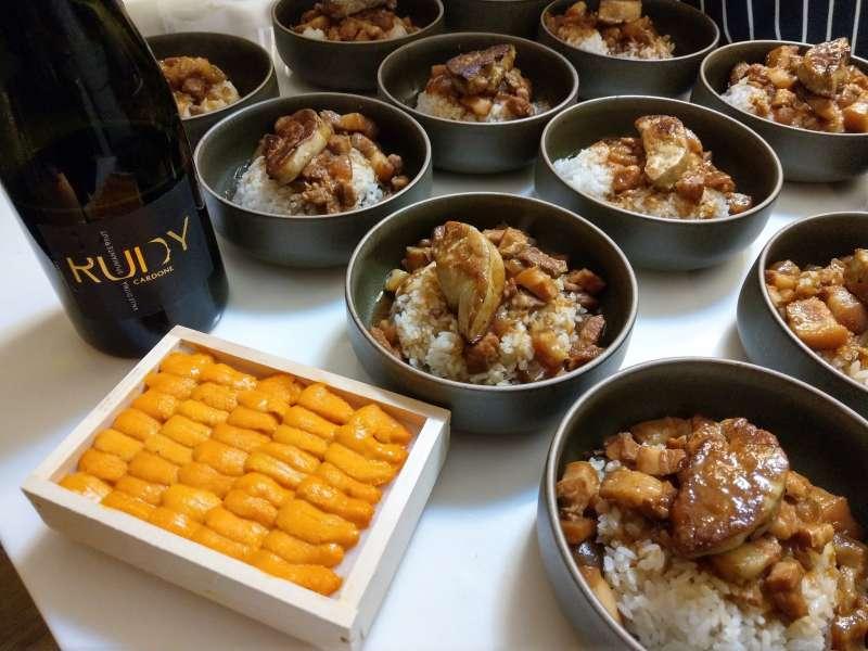 今年6月紅滋滋酒窖舉辦的「守護台灣滷肉飯台菜餐酒會」,上置海膽與鴨肝再配粉紅酒的組合,大受與會者歡迎。(圖/紅滋滋酒窖提供)