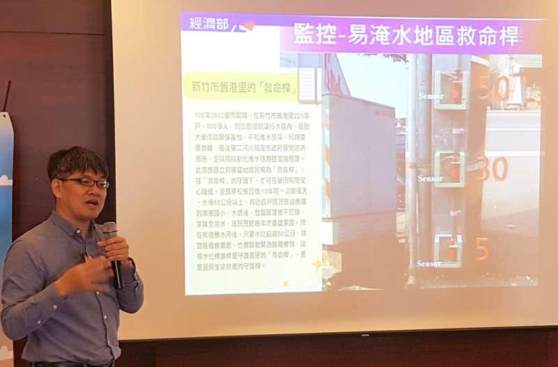 第二河川局規劃課課長劉振隆說明在竹市舊港里設置監控易淹水區的救命桿功能。(圖/方詠騰攝)