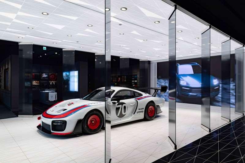 為盛大歡慶Porsche Studio都會概念店開幕,現場限期展出保時捷賽道王者Porsche 935。(圖/台灣保時捷公司提供)