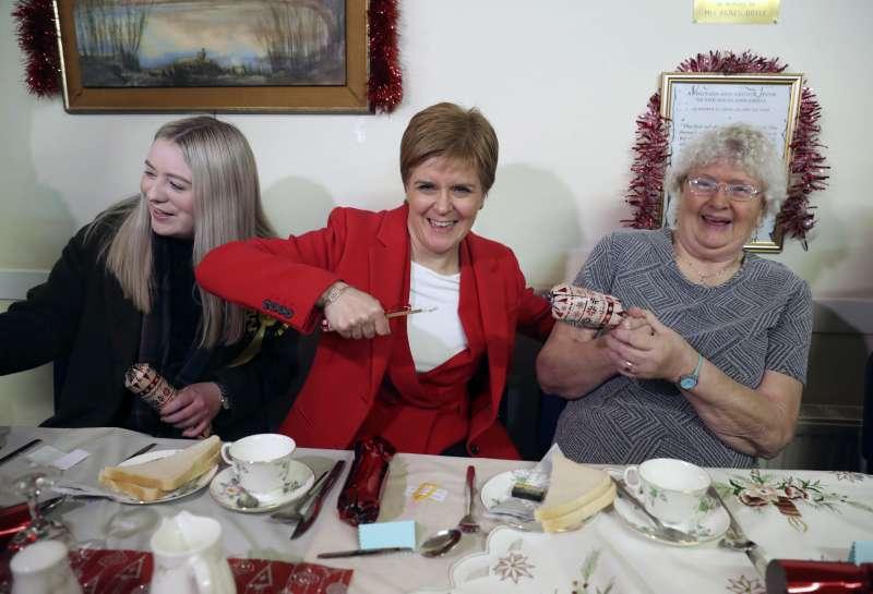 英國12日提前大選,蘇格蘭民族黨黨魁史特金前往選民家作客拉票。(AP)