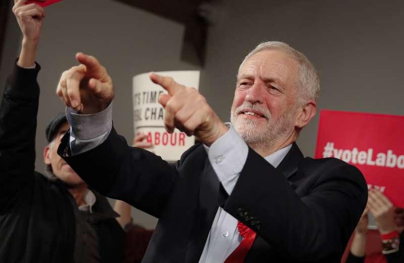 英國12日提前大選,工黨黨魁柯賓把握最後機會造勢。(AP)