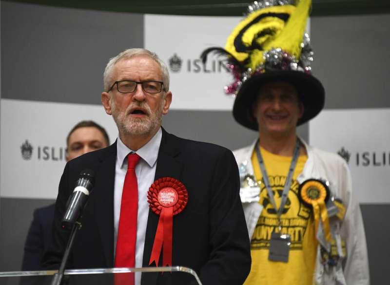 2019年12月13日,英國國會大選結果出爐,工黨慘輸,工黨領袖柯賓表示未來會宣布辭職。(AP)
