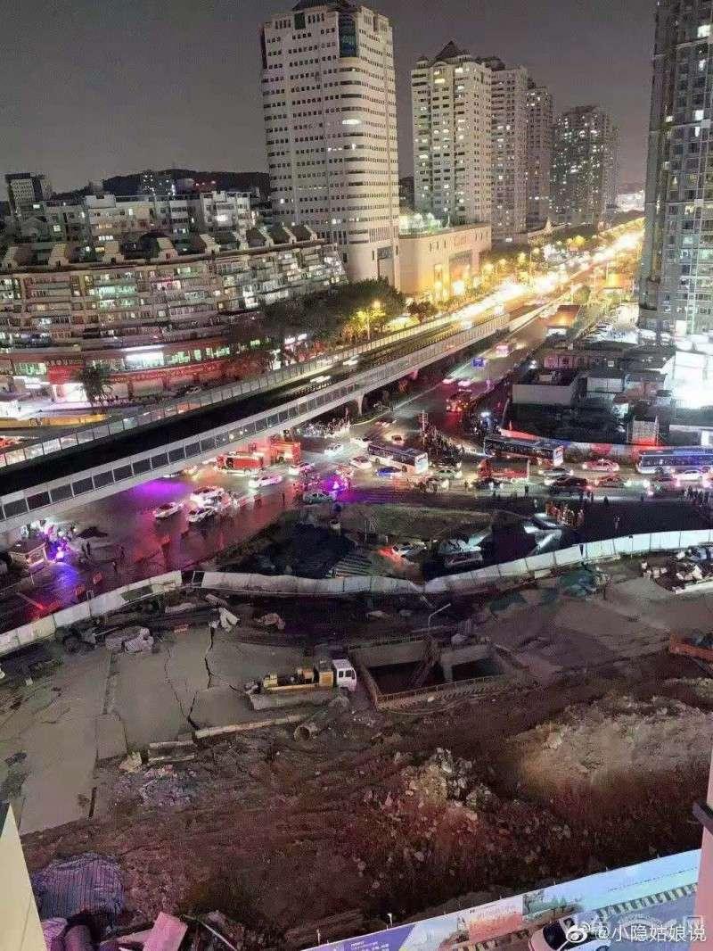 廈門地鐵施工處,底下泥土被沖刷導致路面下陷,形成一個約500平方公尺的大坑洞。(圖擷取自微博)