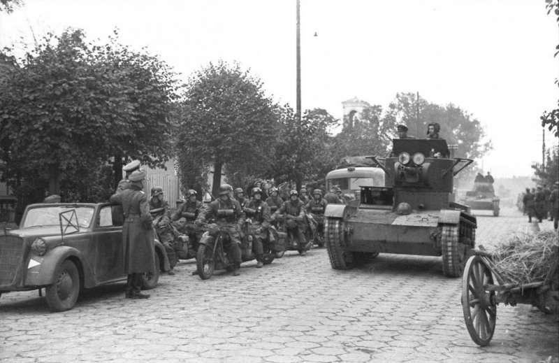 20191213-1939年9月22日,瓜分波蘭的蘇聯紅軍與德意志國防軍聯合舉行閱兵,說明法西斯主義與共產主義未必就是死敵,遇到共同利益的時候是完全可以合作的。(資料照,作者提供)