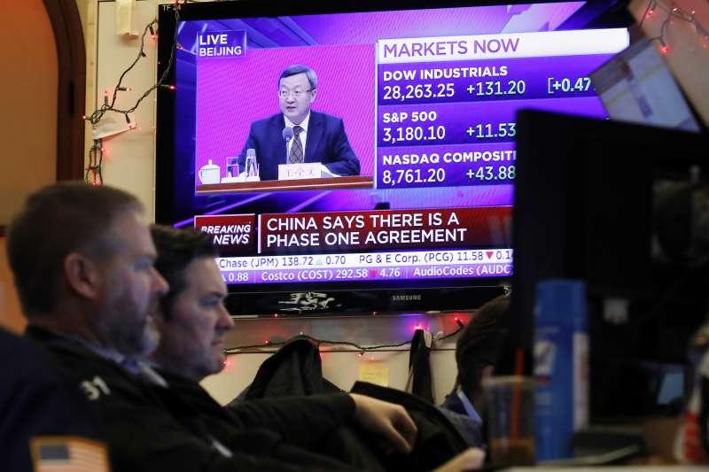 中美貿易戰,中美第一階段協議達成,牽動美股情勢。(AP)