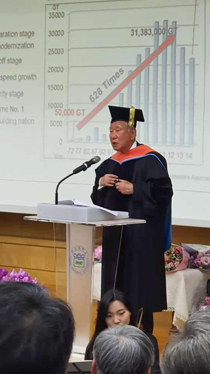 申東植接受韓國釜山大學頒贈榮譽博士學位,表彰他一生為祖國致力發展造船業的巨大貢獻(圖片來源:刁曼蓬攝)
