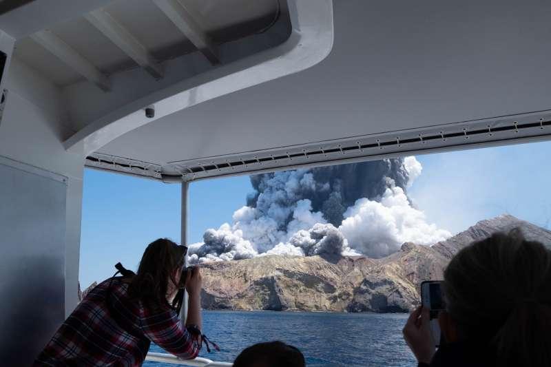 紐西蘭白島火山噴發,遊客從船上拍下畫面。(AP)