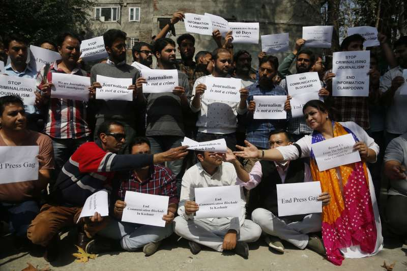 2019年10月3日,印度喀什米爾一群記者在查謨─喀什米爾邦夏季首府斯里納加抗議當局切斷網路與通訊(美聯社)