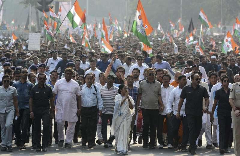 西西孟加拉省省長班納吉(Mamata Banerjee,中間)率領示威群眾,反對《公民法》修正案歧視穆斯林移民。(AP)