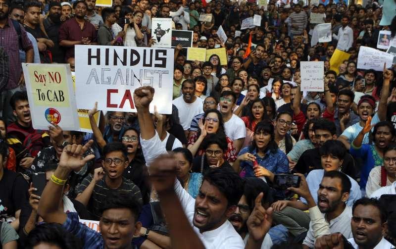 印度《公民法》修正案被批違反憲法平等原則,印度全國出現大規模示威抗議,印度教徒也出來聲援穆斯林。(AP)