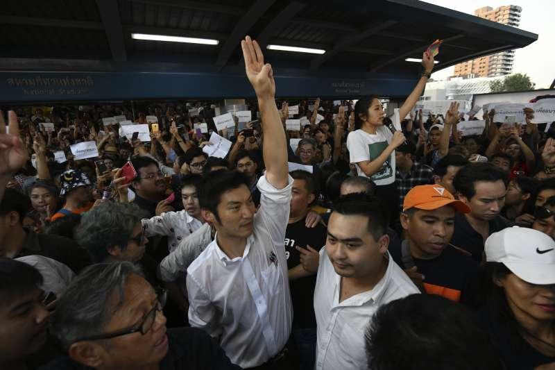泰國未來前進黨的數千名支持者14日走上曼谷街頭抗議,該黨黨魁塔納通(中)向眾人致意(美聯社)