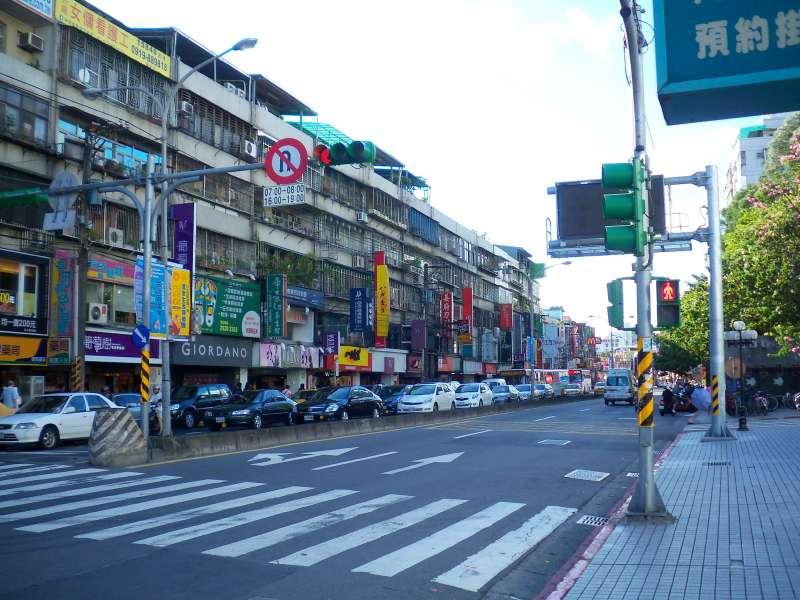 萬芳醫院附近商家林立,生活機能方便。(圖/取自Wikipedia)