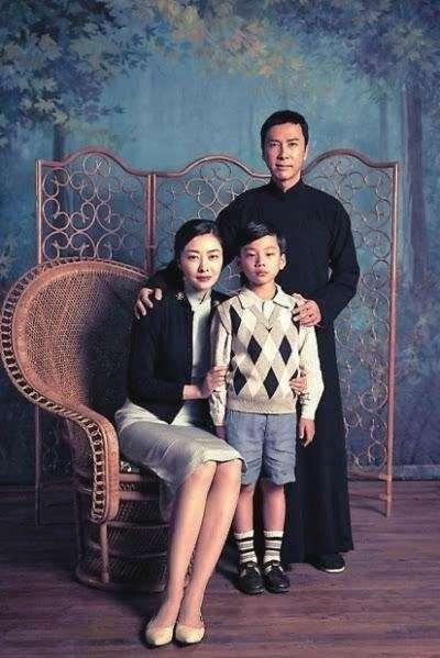 甄子丹飾演的葉問、熊黛林飾演的張永成與他們的兒子葉正拍攝的全家福照。(圖/取自網路)