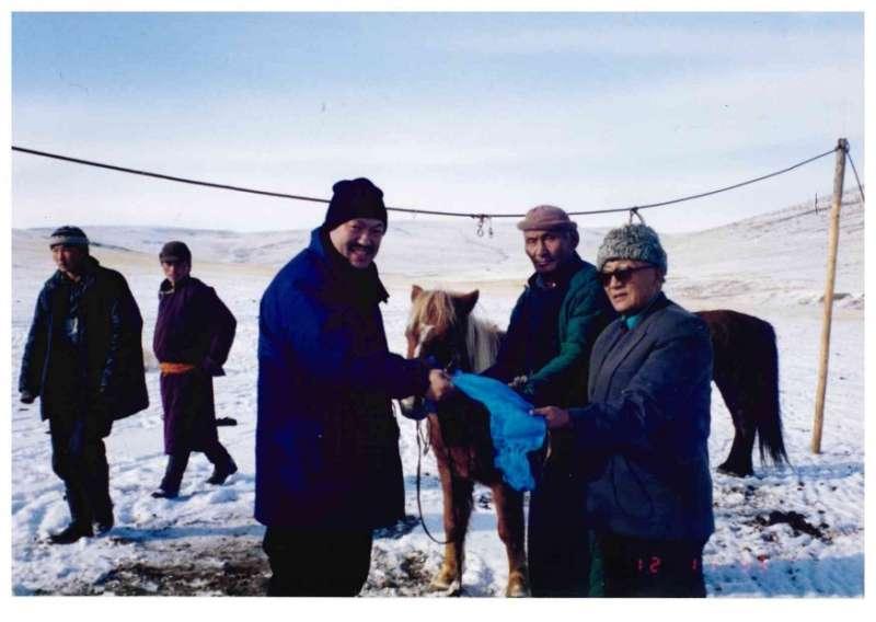 高陶甫會長(右一)、歐德蘇倫先生贈馬。(作者海中雄提供)