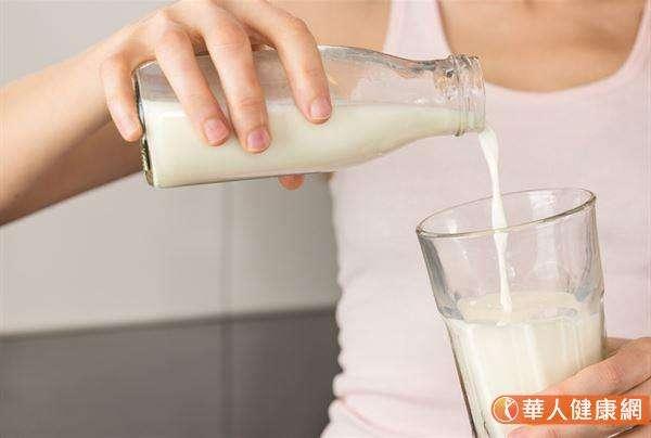 自製「鮮奶豆漿」建議以1:1的比例分別倒入無糖豆漿和全脂鮮奶,攪拌均勻後即可飲用。(圖/華人健康網提供)