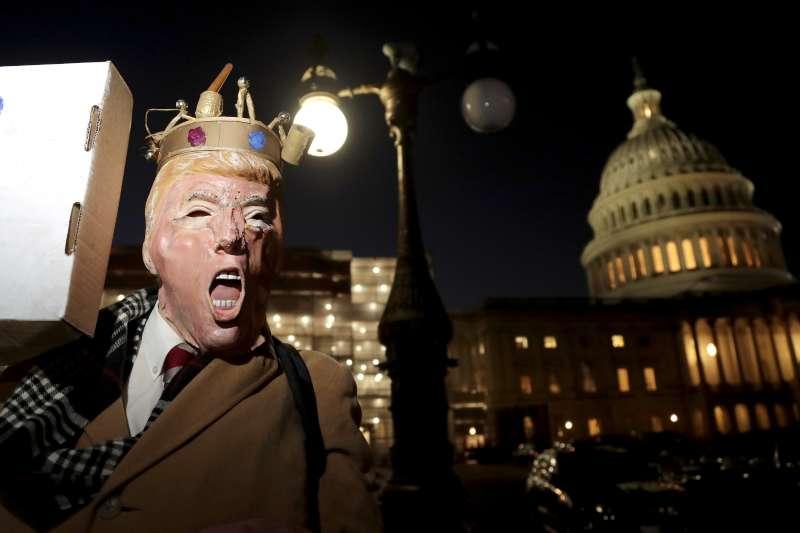 2019年12月18日,美國總統川普遭聯邦眾議院彈劾,全美各地都有抗議川普示威(AP)