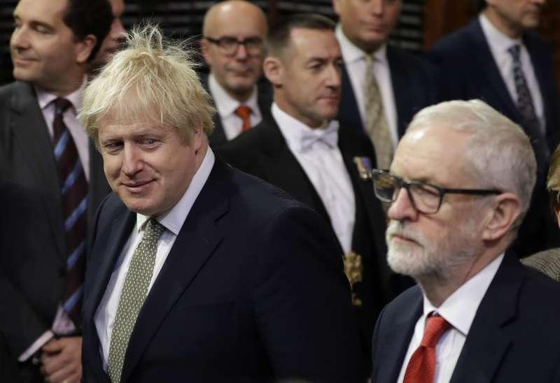 2019年12月19日,英國下議院開議,首相強森(左)與工黨黨魁柯賓。(AP)