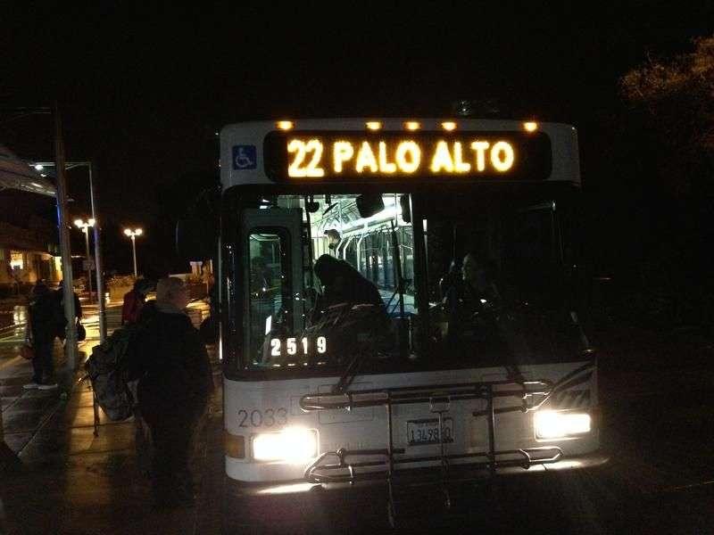 Hotel 22不是旅館,而是一條公車路線,是全矽谷路線最長,唯一24小時營運的公車路線。(圖/方格子)