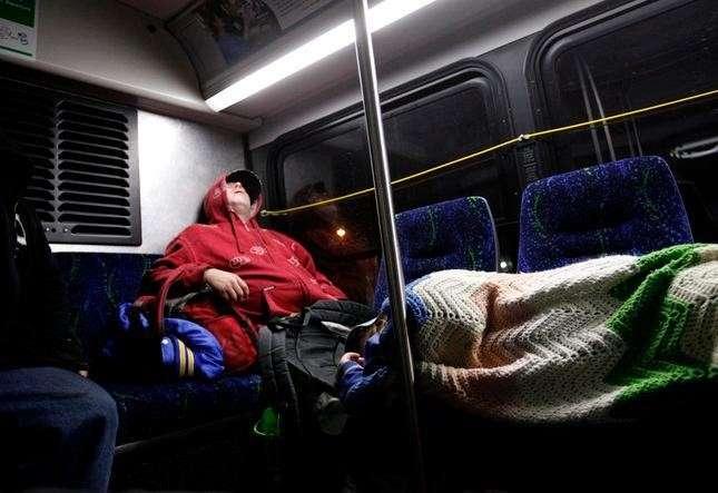 無家可歸的人在22號巴士上度過漫漫長夜。(圖/方格子)