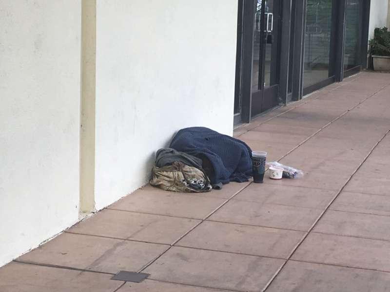 遊民在矽谷只是路邊一堆沒有動靜的破毯子。(圖/方格子)