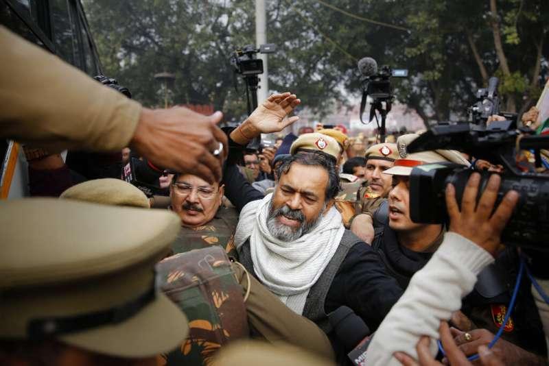 印度《公民法》修正案有歧視穆斯林之嫌,在印度全國引發大規模示威抗議。印度自治運動(Swaraj India)政黨的雅達夫(Yogendra Yadav)遭逮捕。(AP)