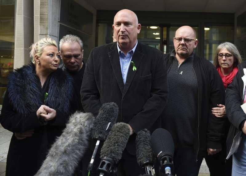 英國皇家檢察署20日起訴安妮,鄧恩的家屬當天在英國司法部外面對媒體發言(美聯社)