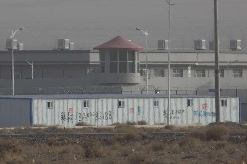 中國政府在新疆設立「再教育營」,強迫拘押、逼迫維吾爾人及其他少數民族學習愛國主義及放棄宗教認同,更有凌虐酷刑案例。(AP)