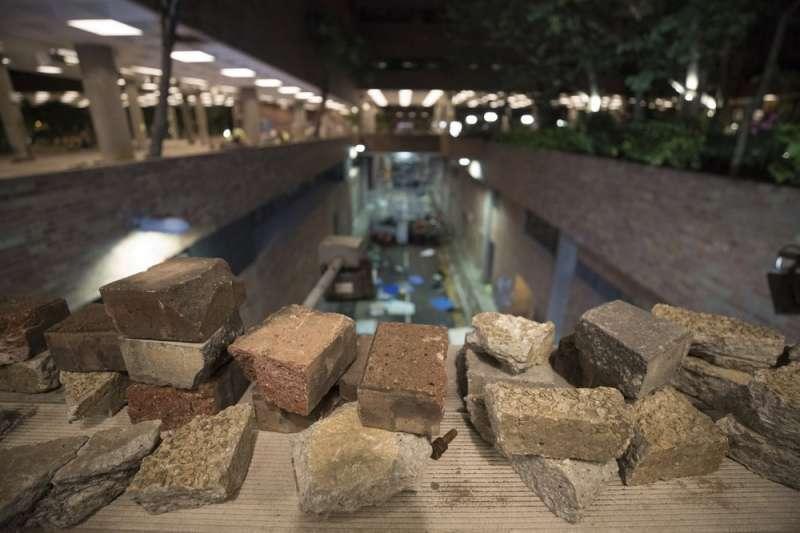香港理大圍城時學生佈置的障礙物。(AP)