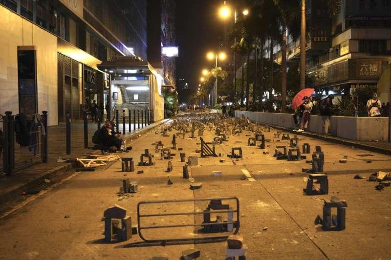 香港抗議反送中人士設置的路障。(AP)