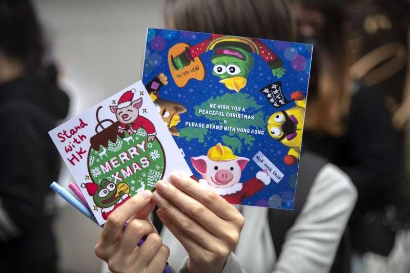 香港民眾寫聖誕卡片給遭逮捕拘留的示威者。(AP)