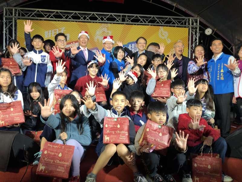 20191224-鴻海創辦人郭台銘24日晚間至大園參加吳志揚舉辦的「民歌音樂會暨慈善公益活動」。(吳志揚辦公室提供)