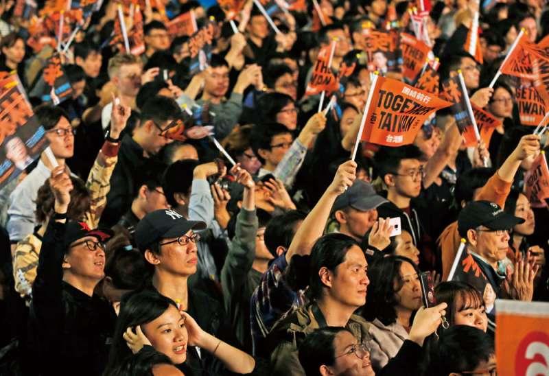 年輕人往往更願意支持主張抗中的候選人,這對藍營相當不利。(郭晉瑋攝)